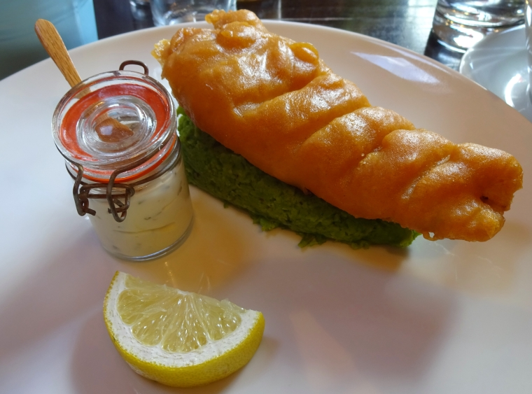 Fish_in_beer_batter_with_mushy_peas_and_tartar_sauce